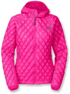 The North Face ThermoBall™ hoodie jacket for women puts revolutionary new ThermoBall™ synthetic insulation to work. Warm and light, it mimics down, yet still insulates even when wet.