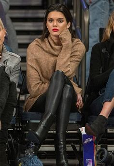 The Knicks vs Wizards basketball game had Kendall Jenner in attendance. Kendall watched the game with Gigi Hadid and Hailey Baldwin on October,… Fall Winter Outfits, Autumn Winter Fashion, Look Fashion, Street Fashion, Fashion 2020, Fall Fashion, Airport Fashion, Le Style Du Jenner, Outfits Leggins