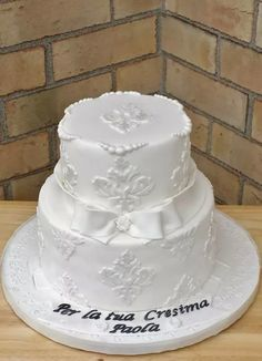 White wedding cake by Sweet-E made with our Damask Pattern Silicone Onlay®