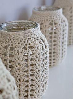 Frascos con tejido de crochet en el almacen de toto Jars with crochet fabric in the toto warehouse Crochet Diy, Crochet Home Decor, Crochet Gifts, Love Crochet, Crochet Bags, Crochet Hearts, Crochet Fabric, Crochet Jar Covers, Knitting Patterns