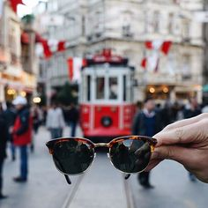 İstanbul'a benim gözümden ve #persolcercevesinden bakmaya ne dersiniz? İstiklal Caddesi'ndeki nostaljik tramvaya, #persol'un 50lerden ilham alan #cellor modeli ile bakıyorum. 😎 #CellorCollection #italyanelyapimi #persolcercevesindenistanbul