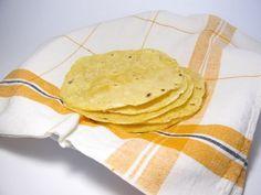 Tortillas mais sans gluten avec de la farine de maïs classique: Pour environ 8 tortillas de 12-15cm de diamètre  140g de farine de maïs 250g d'eau 1cs de fécule de mais (maïzena) 2 pincées de sel