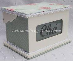 Caixa em MDF forrada com tecido 100% algod�o. Pe�a envernizada com verniz acr�lico fosco.