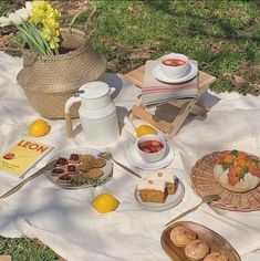 A bigger picnic with more foods- Em Picnic Date, Summer Picnic, Summer Food, Summer Aesthetic, Aesthetic Food, Beige Aesthetic, Flower Aesthetic, Aesthetic Fashion, Korean Aesthetic
