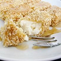 Μια υπέροχη συνταγή για φέτα τηγανιτή με σουσάμι και μέλι σε φύλλο κρούστας, συνοδευτικό ή ορεκτικό.