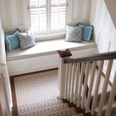 Beautiful stairwell: in the proper setting it's great to accommodate these mid-stairway stages.