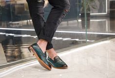 Emerald Green Shoes, Office Shoes, Cow Leather, Summer Shoes, Color Change, Loafers, Fashion, Travel Shoes, Moda