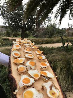 Huevo de codorniz sobre nido de gulas por Catering y Eventos Noray en Masia Niñerola www.cateringyeventosnoray.com