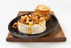 Brie with maple syrup, apples and walnuts Brie Fondant, Appetizer Recipes, Appetizers, Brunch, Baked Brie, Xmas Food, Dips, Queso, Love Food