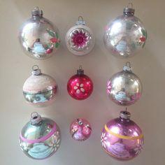 Eine Sammlung von 9 Vintage Glas-Ornamente in Schattierungen von oder mit Akzenten in rosa. Fünf sind glänzend Brites und alle sind schön. Es gibt eine Auswahl von Größen und Stile; die größten sind ca. 2 1/2 Zoll (Art standard mittlerer Größe) und die kleinste ist nur ca. 1 1/2 Zoll auf. Es gibt Ornamente mit handbemalten Details, Schablone Designs, Glitzer, Streifen und einem Einzug. Zustand reicht von sehr wenig Verschleiß, einige Marmorierung und Farbe Verlust ihres Alters entsp...