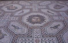 Mosaico romano de Medusa y las estaciones. Piedra caliza. Fines del siglo II. Procedente de Palencia. Se encuentra en el Museo Arqueológico Nacional de España, en Madrid.