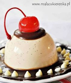 Caramel-vanilla panna cotta with chocolate sauce Italian Desserts, Just Desserts, Dessert Recipes, Yummy Snacks, Delicious Desserts, Yummy Food, Mousse, Pastry Cake, Base Foods