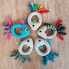 Hæklet Fiskerangle er en sød lille fisk til små hænder. Den fungerer både som rangle og sanselegetøj.