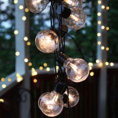 LED Party Lysslynge 16 Lys   Det er en enkel design på denne LED lysslyngen fra Star Trading med 16 små globeformede lyspærer på en sort kabel. Passer meget godt til paviljongen, balkongen eller til pynting ute til jul.