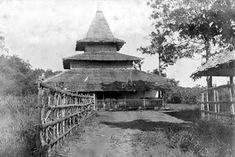 Masjid lama di wilayah Buru, Maluku Tengah. Foto antara tahun 1890-1940, koleksi Tropenmuseum.
