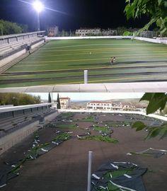 El césped artificial del campo de fútbol de Quesada sale volando por las rachas de aire
