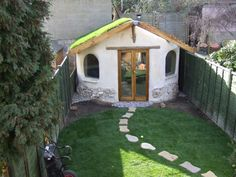 Cob studio deigned and built for an artist's studio in Norwich - Edwards & Eve Cob Building Backyard Office, Backyard Studio, Backyard Sheds, Cob Building, Building A House, Green Building, Earth Bag Homes, Earthship Home, Living Roofs