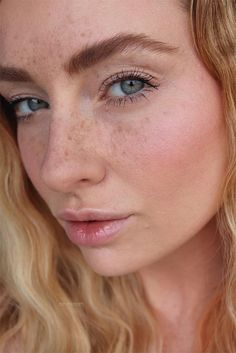 How to Fake Freckles with Makeup: Faux Freckles Tips So fälschen Sie Sommersprossen mit Make-u Fake Freckles, Freckles Makeup, Beauty Tips For Face, Beauty Hacks, Beauty Care, Girl With Pigtails, How To Grow Eyebrows, Brow Color, Get Rid Of Blackheads