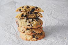 """Die klassischen US-Kekse sind im Vergleich zu unseren Keksen nie komplett knusprig. Sie sind """"chewy"""", also am Rand leicht knusprig und eher teigig-weich in der Mitte und das muss so sein! Sie sind einfach und schnell selbstgebacken, dazu schmecken sie noch warm, einfach am Besten. Chocolate Chip Cookies, Organic Recipes, Muffin, Chips, Breakfast, Desserts, Food, Biscuits, Food Food"""