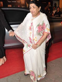 Lata Mangeshkar: Lataji also was spotted at the award function. Bollywood Posters, Lata Mangeshkar, Vintage Bollywood, Indian Artist, Movie Songs, Nightingale, Old Actress, Movie Photo, Indian Celebrities
