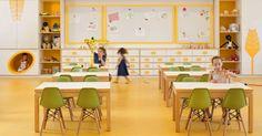 Em Israel, a pré-escola Kfar Shemaryahu atendem crianças de 3 a 6 anos. O projeto tem móveis feitos sob medida em um espaço lúdico e que favorece o desenvolvimento das atividades pedagógicas nas crianças. As salas são feitas para aprender, brincar e descansar.  Fotografia:  Divulgação.  http://educacao.uol.com.br/album/2015/03/20/conheca-escolas-incriveis-pelo-mundo.htm?abrefoto=4#fotoNav=21