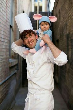 Ratatouille Cute Family Halloween Costume These adorable babies below are rocking the show! Check out the cute baby wearing Halloween costumes. Creative Halloween Costumes, Cute Costumes, Halloween Outfits, Halloween Kids, Halloween Ideias, Disney Costumes For Kids, Halloween Costume With Baby, Baby Mouse Costume, Two People Halloween Costumes