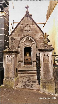 smallest chapel in the world, The Costello Memorial Chapel, located in Carrick-on-Shannon, Leitrim, Ireland Iconic Photos, Old Photos, Georgian Mansion, Old Buildings, Eurotrip, Ireland, Irish, Castle, Cottage