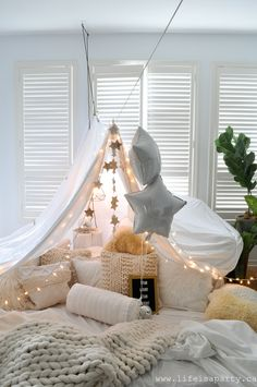 Pillow Fort -make a magical pillow fort with fairy lights and starry decorations. : Pillow Fort -make a magical pillow fort with fairy lights and starry decorations, and even star themed snacks. Perfect for family fun or date night. Sleepover Fort, Fun Sleepover Ideas, Cool Forts, Indoor Forts, Diy Fort, Fort Bed, Bed Tent, Hangout Room, Cozy Room