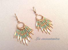 Boucles d'oreille dorées avec pendentif en tiges de perles miyukis turquoise et doré : Boucles d'oreille par les-envoutantes