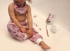 Romantische Kinderhose mit Blümchen in flieder von PicknickerBlue