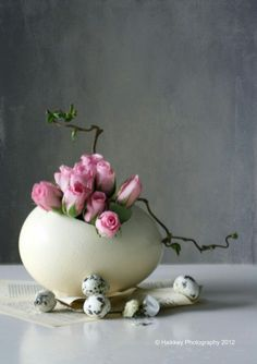 Sophisticated and stylish contemporary floral arrangements to decorate your Easter table , decorating tips. Happy Easter, Easter Bunny, Easter Eggs, Ikebana, Diy Ostern, Deco Floral, Art Floral, Easter Parade, Egg Art