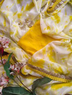 Yellow Off-White Shibori Saree Saree Gown, Sari Dress, Organza Saree, Lehenga, Simple Sarees, Trendy Sarees, Stylish Sarees, Fancy Blouse Designs, Saree Blouse Designs