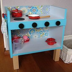 blog not in english, but I love the simplicity of this DIY play kitchen. Good inspiration.
