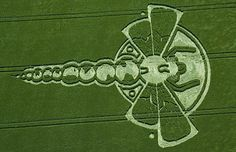 Crop circles in rapeseed fields.A long dragonfly crop circle in a field of barley in Yatesbury, Wiltshire. Aliens And Ufos, Ancient Aliens, Rapeseed Field, Unexplained Phenomena, Circle Art, Alien Art, Wallpaper Free Download, Land Art, Sacred Geometry