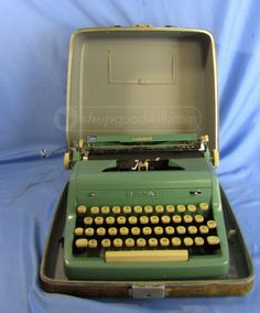 shopgoodwill.com: Vintage Royal Quiet De Luxe Portable Typewriter