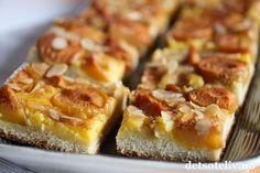 Plommekake i langpanne med vaniljekrem og krydder.