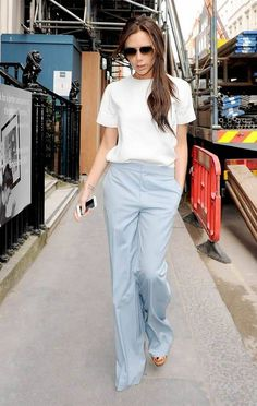 Victoria Beckham Checks the Progress On Her New Store with Hubby David!: Photo Victoria Beckham looks super chic while stepping out with her husband David Beckham on Thursday (March in London, England. The fashion designer… Moda Victoria Beckham, Victoria Beckham Style, Victoria Beckham Fashion, Style Année 20, Mode Style, Business Outfit Frau, Business Attire, Business Mode, Mode Outfits