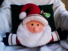 Decorar con cojines navideños + VIDEO Christmas Cushions, Xmas, Christmas Ornaments, Plushies, Sewing Patterns, Teddy Bear, Pillows, Holiday Decor, Home Decor