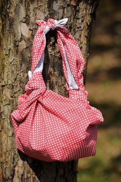 Connaissez-vous la technique du furoshiki ? C'est un morceau de tissu que l'on transforme en sac grâce à un système de pliage japonais… Et le ...