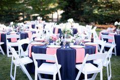 ¡Wow! El color azul marino llega como una de las tonalidades obligadas para el 2015. Su versatilidad, en conjunto con ese espíritu clásico y de contraste, lo convierte en un tono genial para armar la mejor decoración de boda.