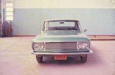O blogueiro e amigo Álvaro Negri me manda duas fotos de época que faço questão de dividir com vocês. Era um carro lindo. O verdinho é o que está sendo restaurado pelo Roberto Nasser, salvo engano Old Cars, Vehicles, Deceit, Auto Racing, Brazil, Cute Cars, Vintage, Photos, Rolling Stock