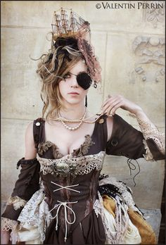 Image discovered by エト. Find images and videos about fashion, corset and steampunk on We Heart It - the app to get lost in what you love. Steampunk Cosplay, Chat Steampunk, Style Steampunk, Steampunk Pirate, Steampunk Clothing, Steampunk Fashion, Steampunk Makeup, Steampunk Images, Steampunk Outfits