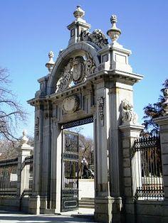 La Puerta de Felipe IV fue erigida en honor de María Luisa de Orleáns, su primera mujer. Ello es debido al doble aprovechamiento que se hizo del monumento, que, tras el fallecimiento de ésta, volvió a ser utilizado como entrada triunfal, en esta ocasión para celebrar la llegada a Madrid de la reina Mariana, en 1690.