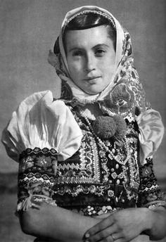 Mladá žena z Dobrej Nivy, Podpoľanie, Slovakia Folk Costume, Costume Dress, Costumes Around The World, Heart Of Europe, Ethnic Outfits, Europe Fashion, European History, Album, Vintage Photographs