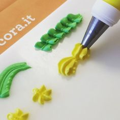 How to make Royal Icing Decoration #royalicing #sugarpaste #foodlife #foodstagram #cute #cakedesign #cakedecoration #cakeart #cakelove #foodlife #pickoftheday #cakestagram #pictures #instafood #instafashion #instamood