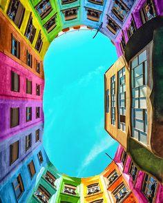 No mundo do fotógrafo e designer Ramzy Masri não existem cidades cinzas. Masri fotografa edifícios ao redor do mundo e edita as imagens digitalmente transformando-as com cores vibrantes.