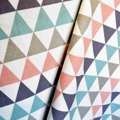 http://tiendatelas.com/telas-de-lonetas-estampadas/lona-estampada-triangulos-difuminadas.html