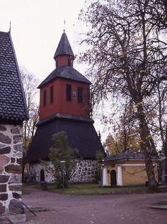 Lojo kyrkas klockstapel och major M.E. Ehrnrooths gravkapell. Bild: MV/RHO 144/28750 Martti Jokinen 1988