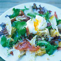 Теплый салат из хлеба, хрустящей копченой грудинки, пармезана и яйца-пашот
