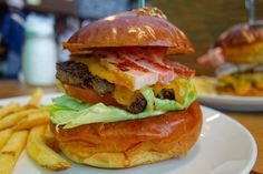 初来店の法則ベーコンチーズバーガー出てきた瞬間シルエットから美味いとわかるやつやや厚めのベーコンとチーズヒール厚めのカットからもわかるジューシーなパティがバランス良く組み立てられてる美味かった #food #foodporn #meallog #burger #burger_jp #ハンバーガー # #tw